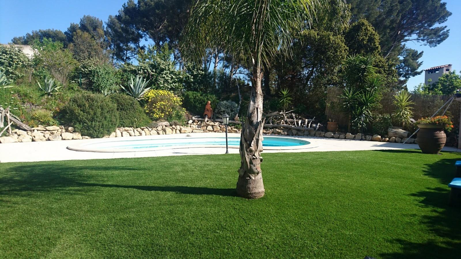 pose de pelouse synth tique autour d 39 une piscine. Black Bedroom Furniture Sets. Home Design Ideas